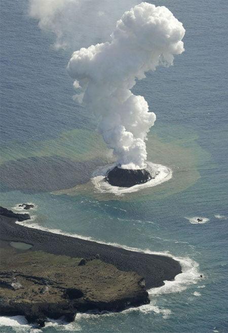 Erupção vulcânica forma nova ilha no mar no Japão (Foto: AP Photo/Kyodo News)