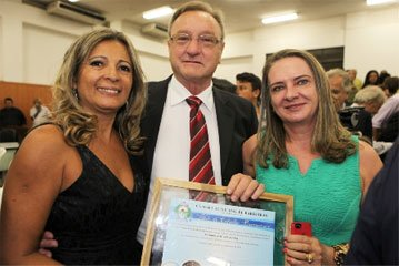 Antônio Guadagnin ao lado da vereadora Núbia Araújo e de sua esposa Noêmia Guadagnin.