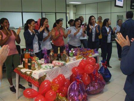 Animados, os funcionários cantaram os parabéns