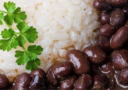 A variação do grupo Alimentos refletiu a queda nos preços de diversos itens, mas o arroz e o feijão foram os principais destaques (Getty Images)