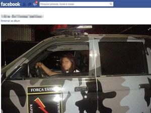 Mulher aparece dentro do veículo da PM, sorrindo e fazendo poses sensuais (Foto: Reprodução/Facebook)