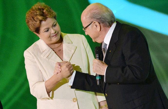 Dilma e Blatter se cumprimentam na abertura do sorteio (Foto: AFP)