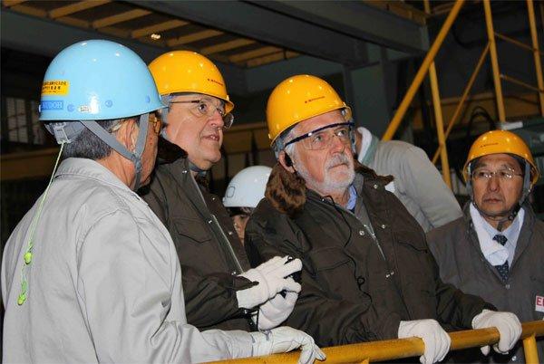 Wagner com presidente do EEP, Fernando Barbosa, na instalação de solda da Kawasaki, em Sakaide, no Japão.
