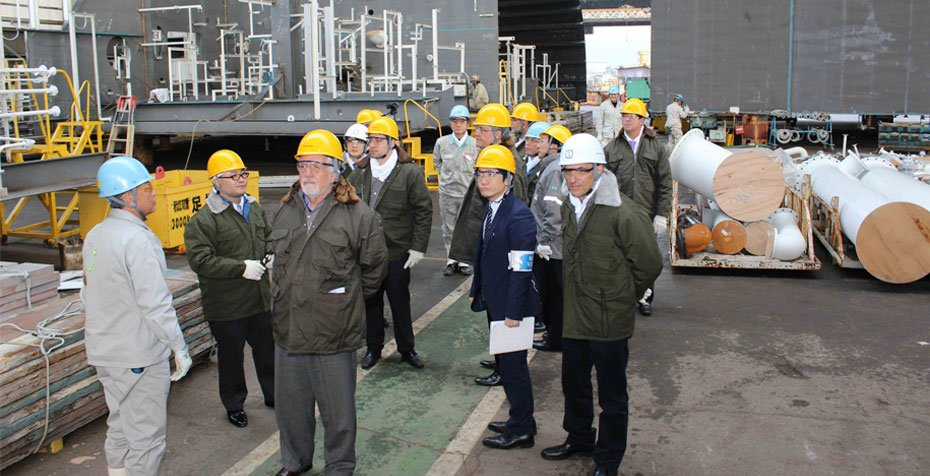 Wagner e executivos da Kawasaki e do EEP na oficina de montagem de megablocos.