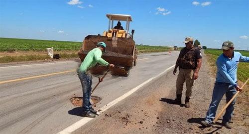 O proprietário da Fazenda São Miguel, mandou um trator e alguns trabalhadores para tapar os buracos, pois o mesmo não aguenta mais ver tanta tragédia.