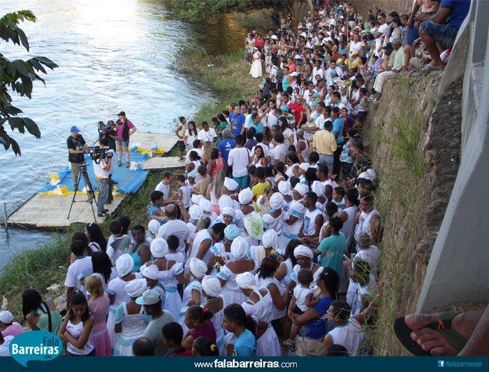 Religiosos, políticos e populares se aglomeraram às margens do rio Grande para ver o cortejo