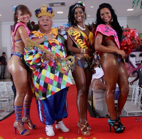 Rei Momo rodeado por sua Rainha e princesas
