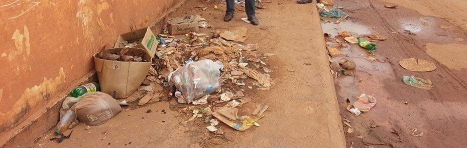 Lixo e entulho nas calçadas no bairro Vila Nova
