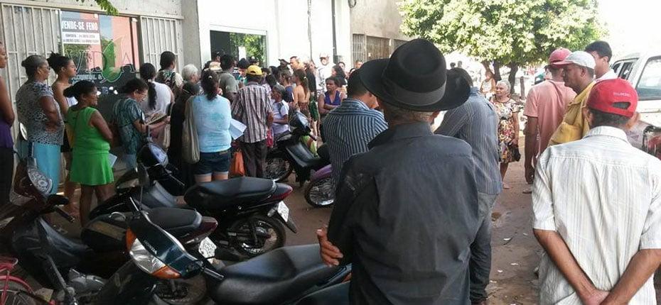 Usuários do SUS na fila em frente à Central de Marcação de Exames