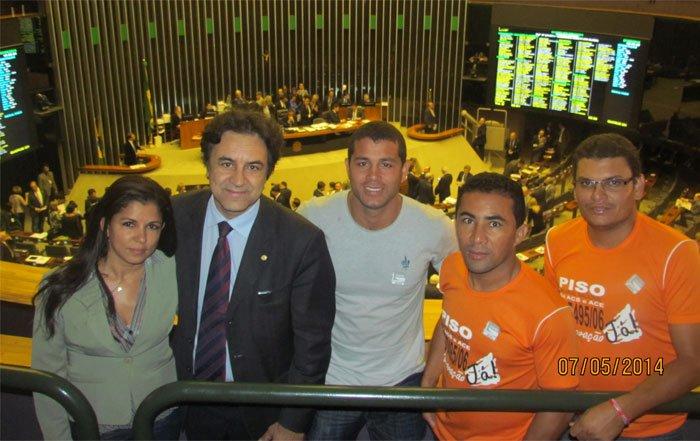 Oziel Oliveira com a líder dos agentes de saúde, Carla e demais líderes