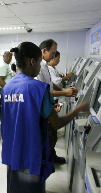 Inscrito no PIS recebe o benefício em agência da Caixa   Luiz Tito/Ag. A TARDE