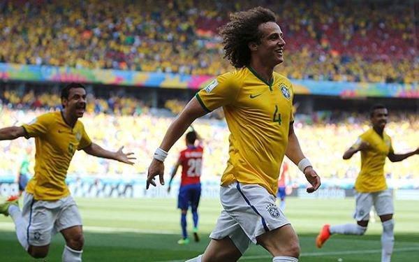David Luiz (C) desbancou Benzema, Robben, Neymar e o próprio companheiro de zaga Thiago Silva | Foto: Sergio Perez/Reuters