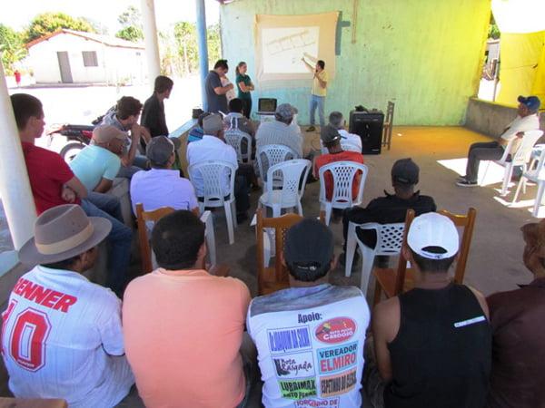 Profissional do Grupo Mizote apresenta projeto para povoado   Foto: Araticum