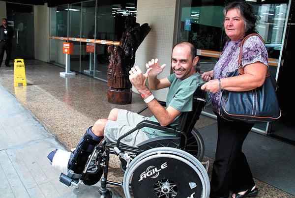 Rui Rezende deixa o Hospital São Rafael acompanhado da mãe, Sônia, após mais de um mês de internação   Foto: Evandro Veiga