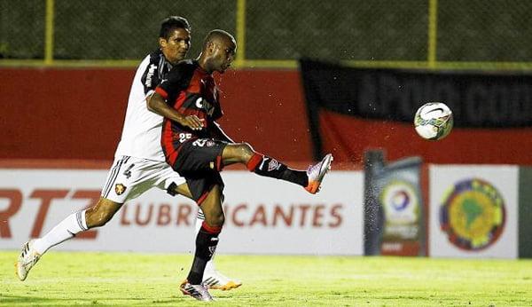 Willie toca de cobertura na saída de Magrão e faz um golaço no Barradão | Foto: Eduardo Martins