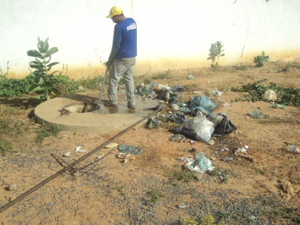 Desobstrução de rede de esgoto entupida com lixo | Foto: Acervo Embasa