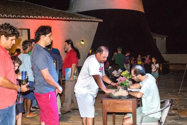 Rui Rezende autografando seu livro no dia do lançamento | Foto: Renata Rocha