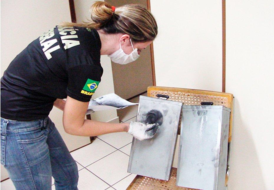 Papiloscopista Federal investigando impressões digitais em cenas de crime
