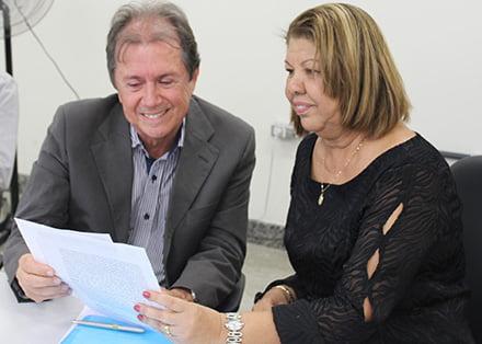 Reitora e Prefeito de Barra comemoram doação do terreno