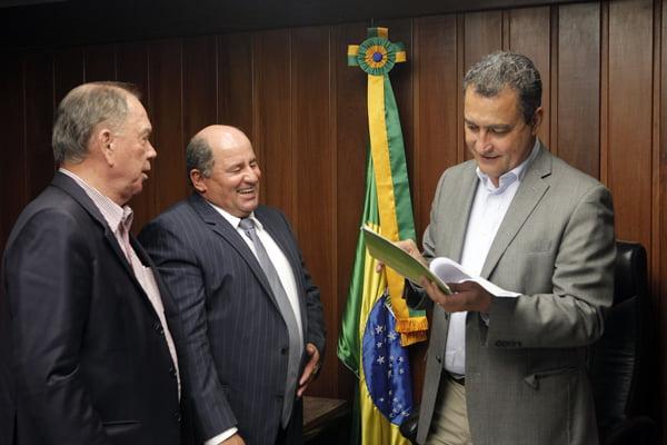 Governador analisa o documento entregue pelo presidente da Aiba, Júlio Cézar Busato   Foto: Ascom Aiba