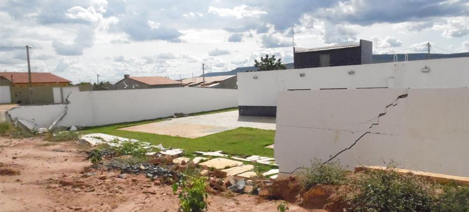 O muro dos fundos da unidade caiu devido as fortes chuvas   Foto: Osmar Ribeiro/Falabarreiras