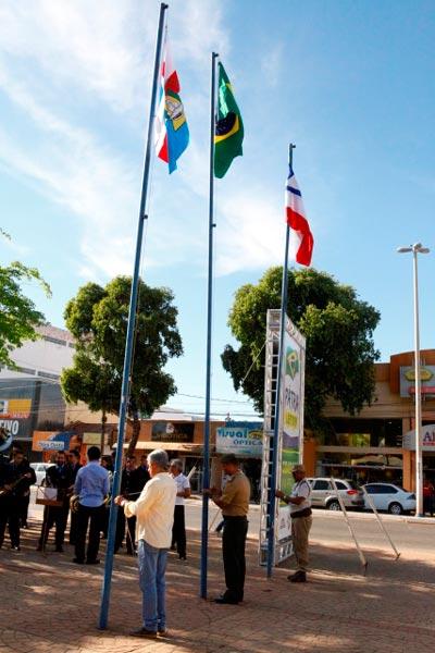 A programação é extensa e todos os dias há o hasteamento na praça Castro Alves | Foto: Dircom Barreiras