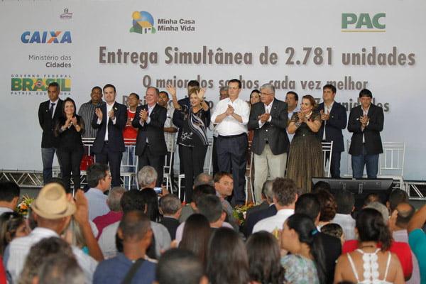 A presidente Dilma Rousseff entregou as chafes para os beneficiários do novo bairro barreirense | Foto: Mateus Pereira/GovBA