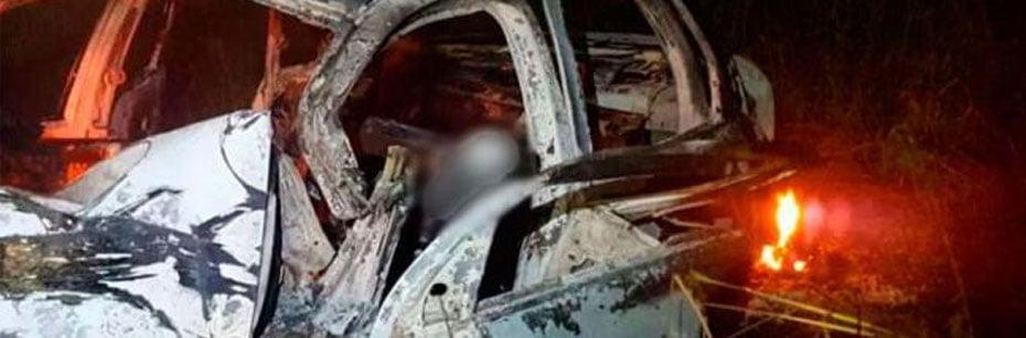 Tres-pessoas-morrem-carbonizadas-apos-carro-bater-em-poste-cp-flash