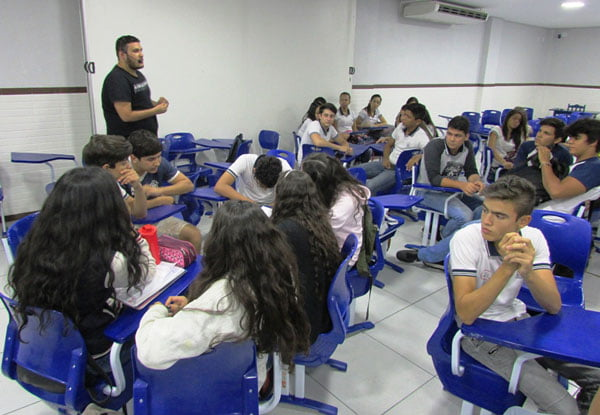 Gustavo Ribeiro, egresso do curso de Audiovisual da FASB, palestrando para os alunos da Escola São José   Foto: Araticum