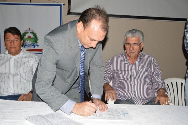 Novo secretário assina o termo de posse | Foto: Dircom Barreiras