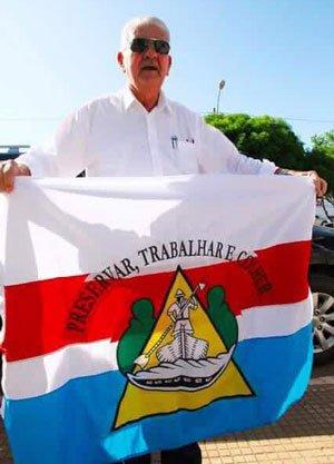 Antonio Henrique segurando a bandeira do município de Barreiras | Foto: Reprodução