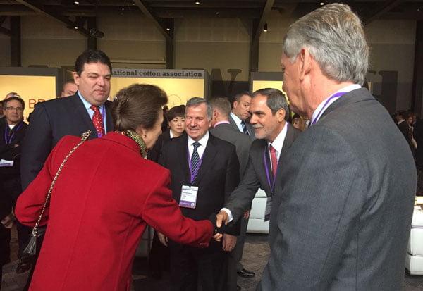 João Carlos Jacobsen e representantes do algodão brasileiro saudados pela filha da rainha da Inglaterra, a Princesa Anne | Foto: Abrapa