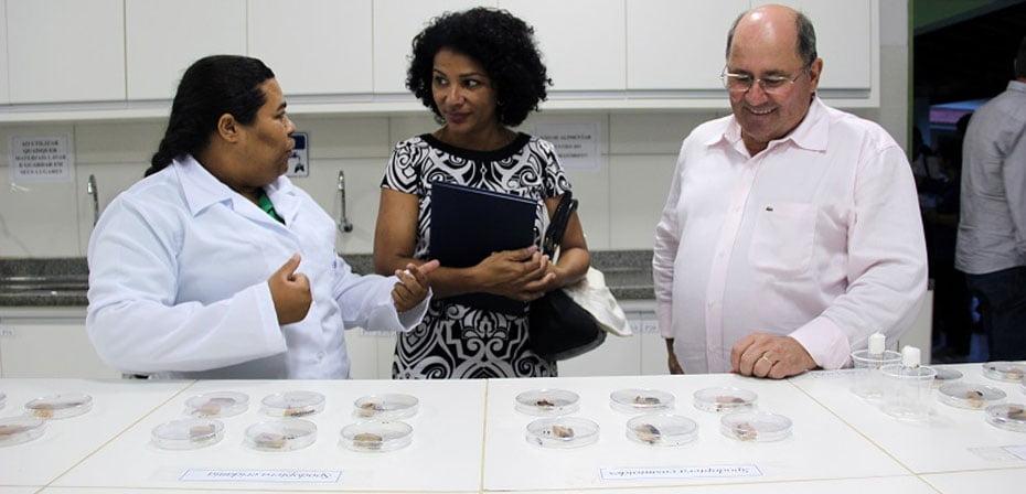 Marli Pereira, auditora fiscal do MTE, visita laboratório da Fazenda Modelo | Foto: Ascom Aiba