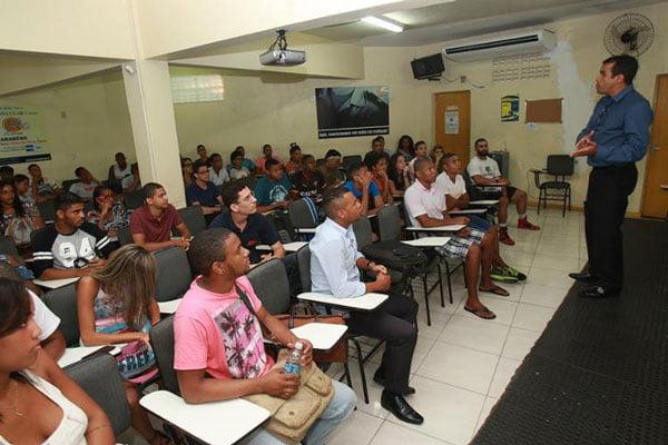 O professor Joshué prepara os alunos para seleção da PM   Foto: Margarida Neide/Ag. ATarde
