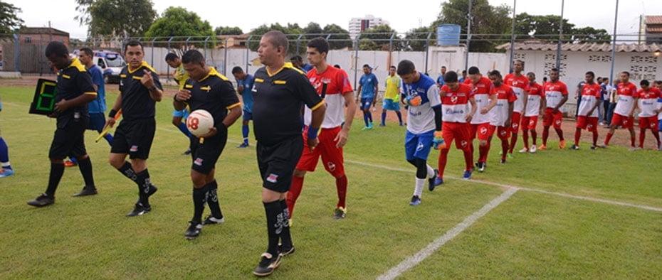 Atletas entram em campo | Foto: Dircom Barreiras